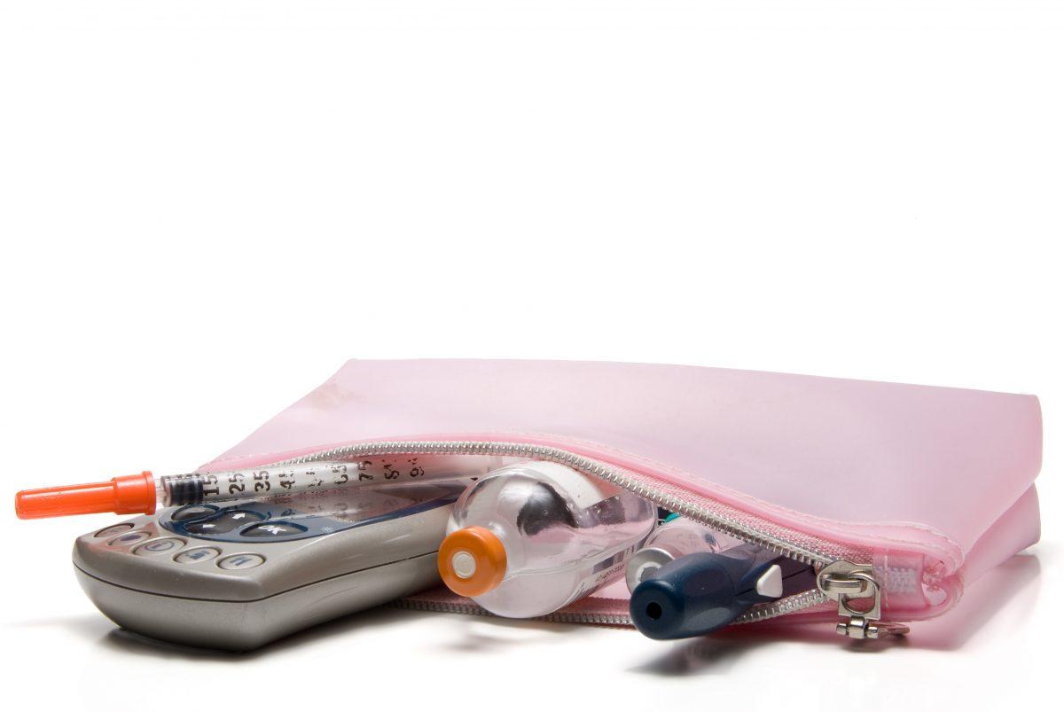 Tasche mit verschiedenen Utensilien für Diabetiker.