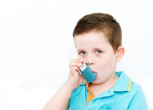 Kleinkind benutzt Asthmaspray.