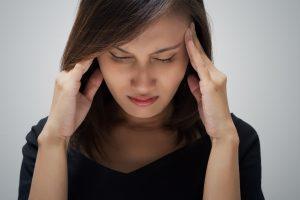 Viele Frauen leiden während ihrer Periode unter Migräne.