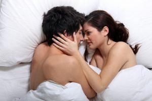 """Da die Übertragung häufig über einen Mund-zu-Mund-Kontakt geschieht, wird das Pfeiffersche Drüsenfieber im Volksmund als """"Kusskrankheit"""" bezeichnet."""