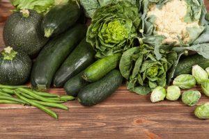 Besonders grünes Gemüse ist reich an Kalzium und stärkt dadurch die Knochen.