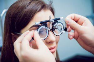 Kurzsichtigkeit: Wer genau wissen möchte, wie es um die eigenen Augen bestimmt ist, kommt nicht um einen Augenarztbesuch vorbei