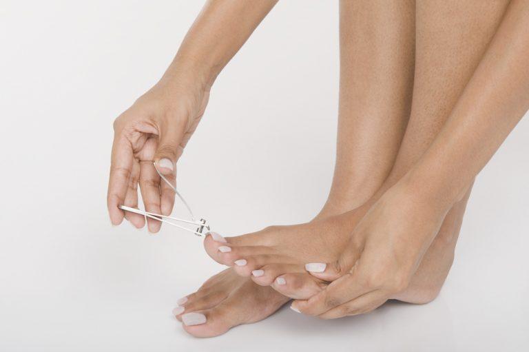 Ein ovales Schneiden ist unbedingt zu vermeiden, da es das Einwachsen der Nägel fördert. Außerdem darf der Fußnagel zudem auf keinen Fall zu kurz abgeschnitten werden. Eine Länge von etwa einem Millimeter sollte noch sichtbar bleiben, damit ein eingewachsener Zehennagel verhindert wird.