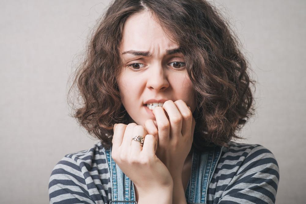 Um empfindliche Zähne zu behandeln, sollte in erster Linie die auslösende Ursache gesucht und behandelt werden.